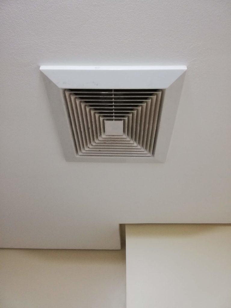 シャワールームの天井にある空調