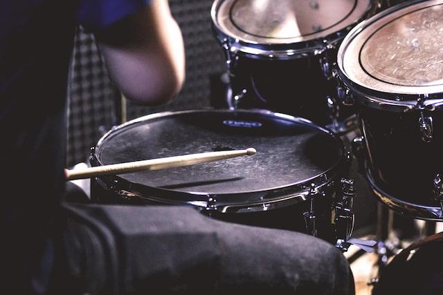 ドラムは貧乏ゆすりで練習できる!譜面とともに解説